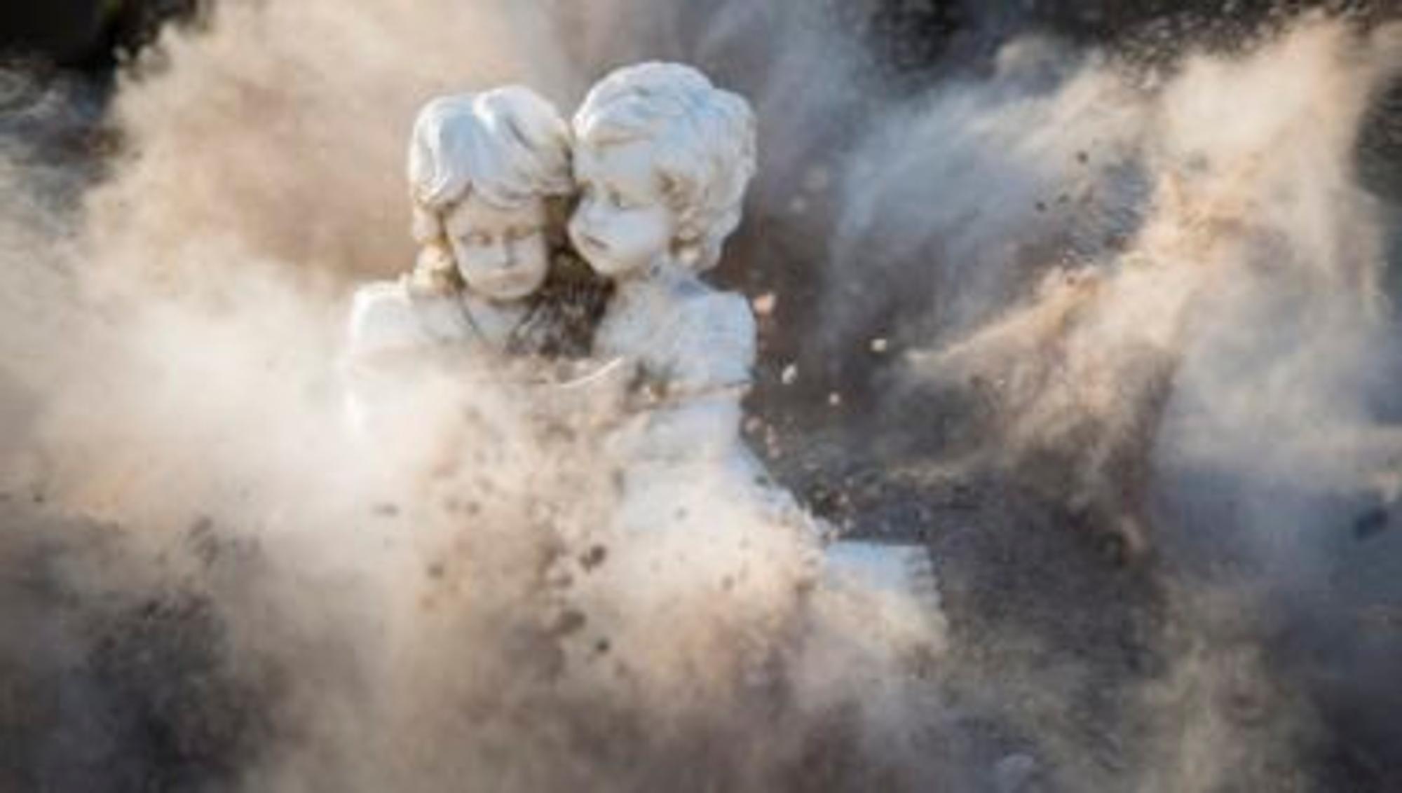 Engel aus Stein stehen im Staub