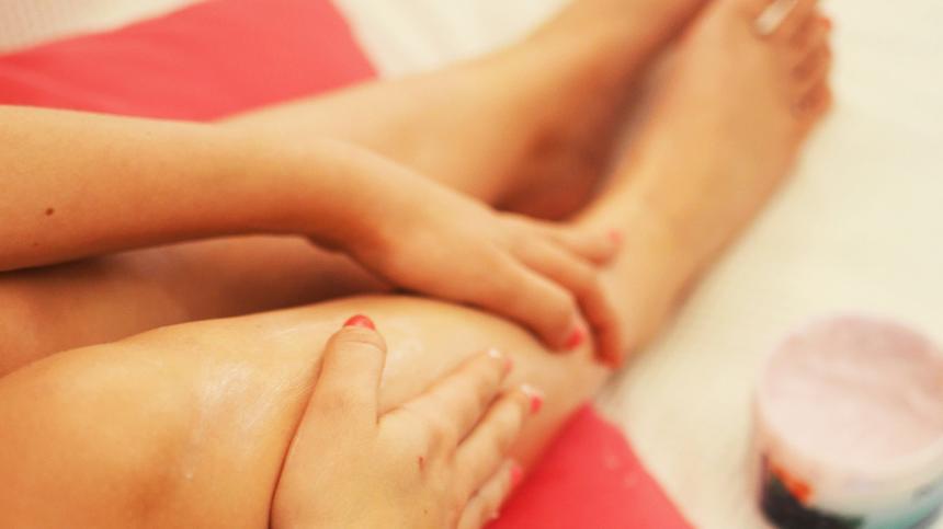 Eingewachsene Haare behandeln mit Creme - Beine einer Frau