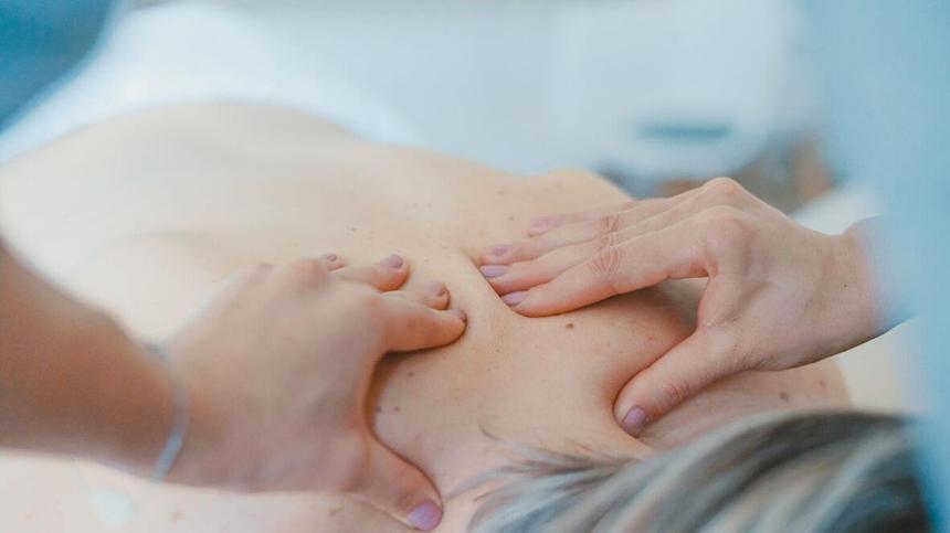 Eine wohltuende Rückenmassage kann gegen Rückenschmerzen helfen