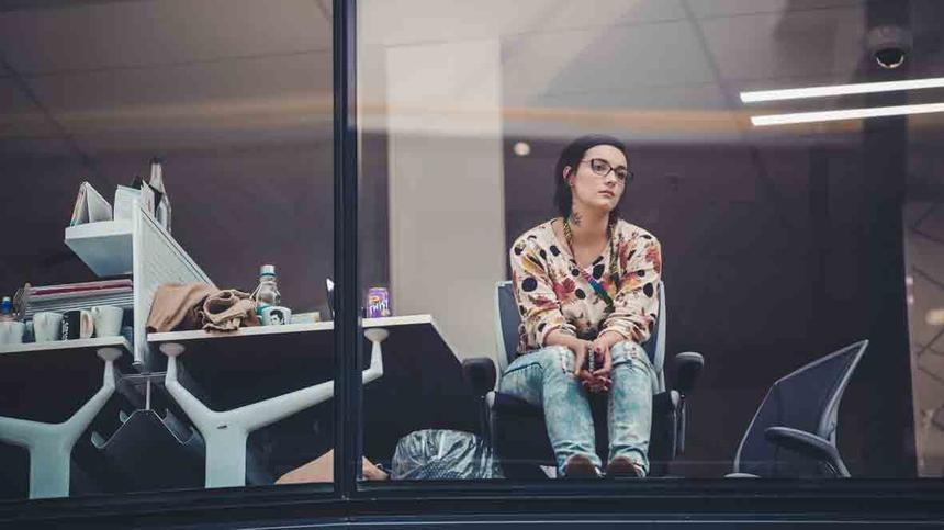 Frau sitzt im Büro