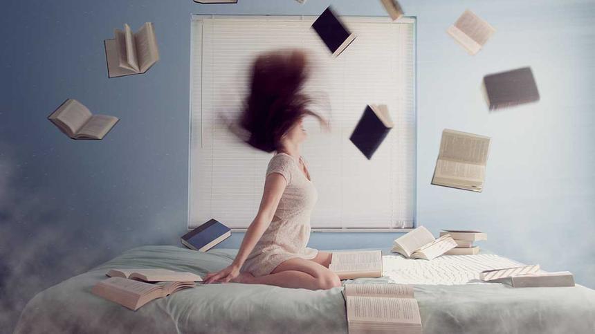 Eustress/Disstress: Frau und fliegende Bücher