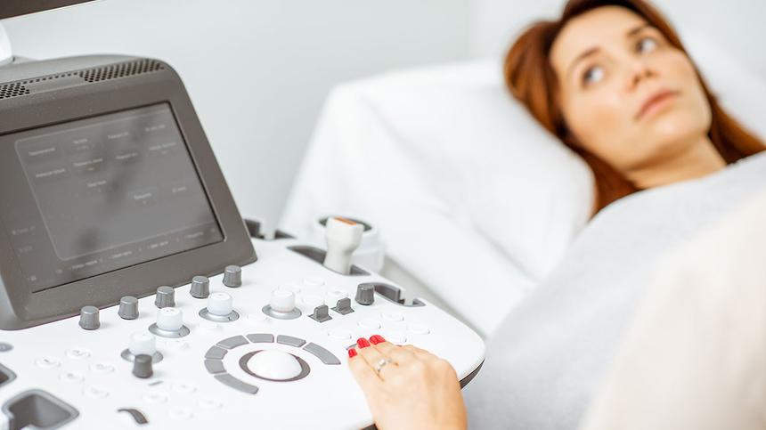 Frau wird vom Frauenarzt untersucht