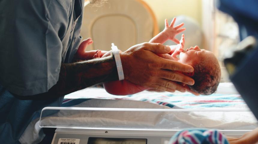 Baby wird auf eine Waage gelegt