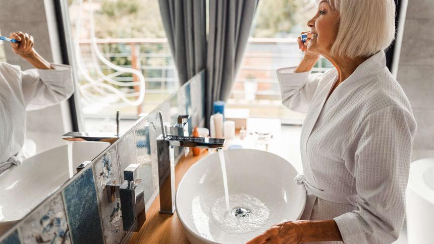 Eine ältere Frau putzt sich die Zähne