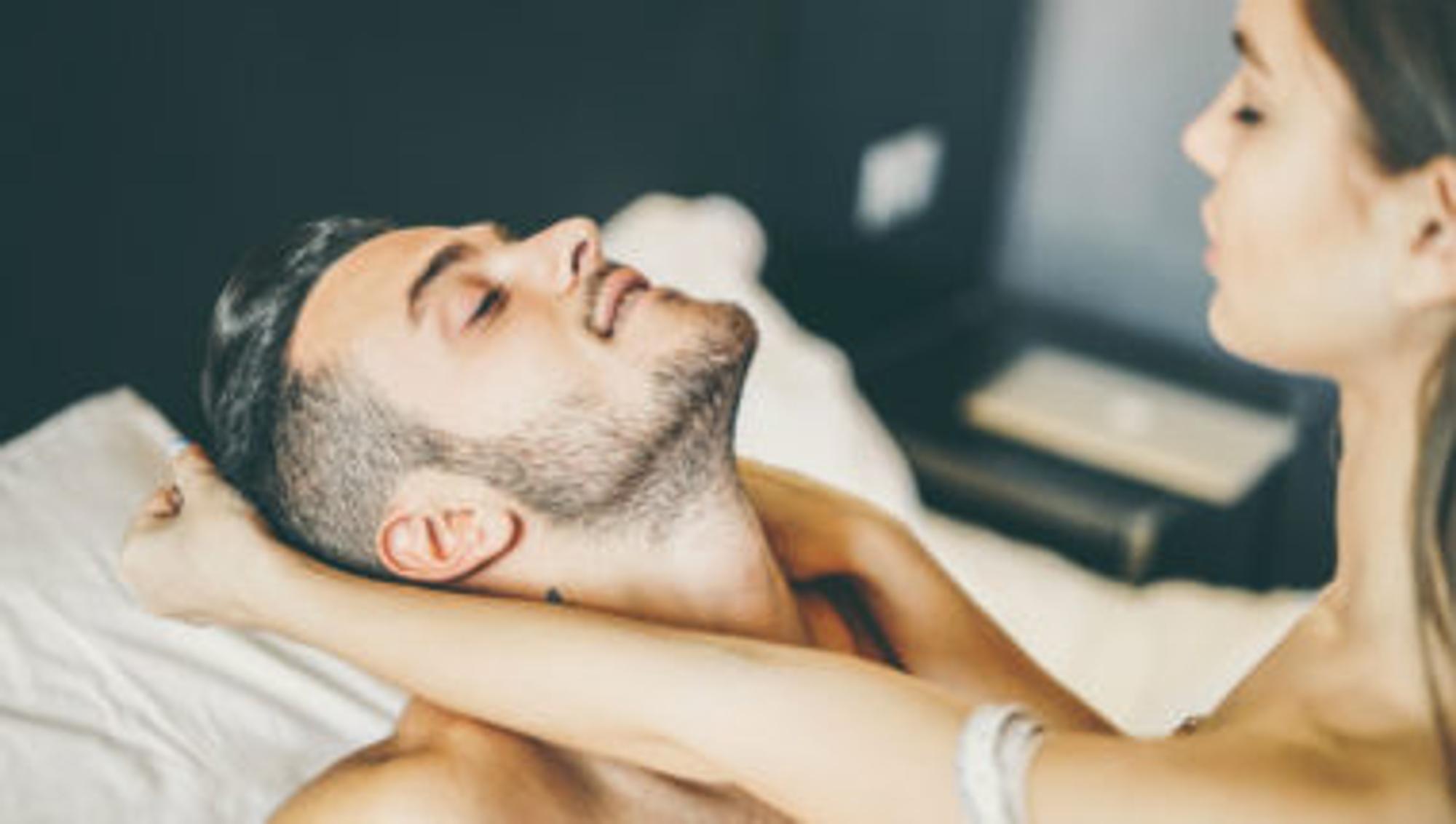 Prostata melken: Ein Paar flirtet im Bett.