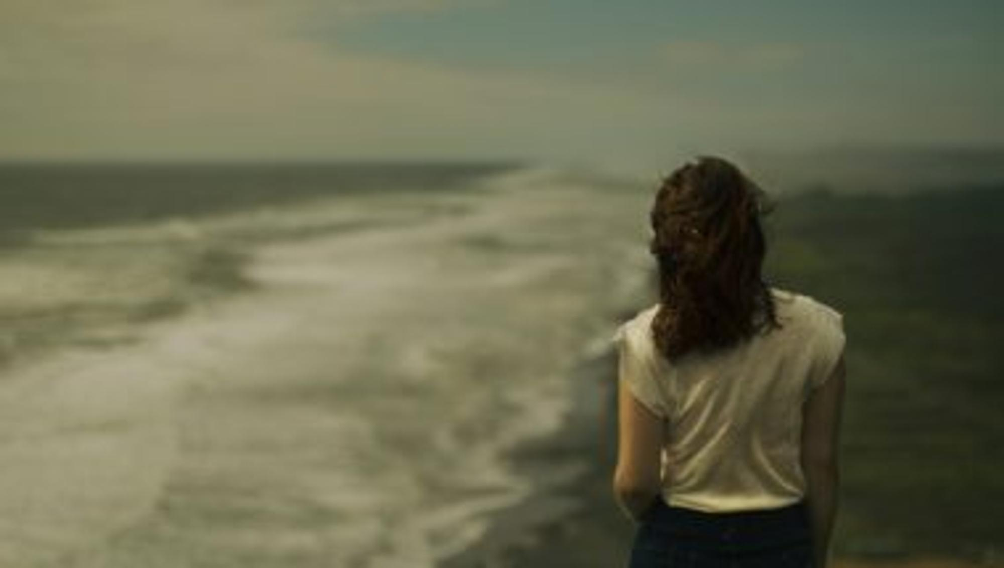 Bild: Leben nach dem Tod - Frau steht vor dem Meer