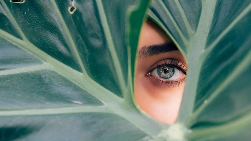 Das dritte Auge: Mit diesen Tipps kannst du dein drittes Auge, das Stirn-Chakra, aktivieren.