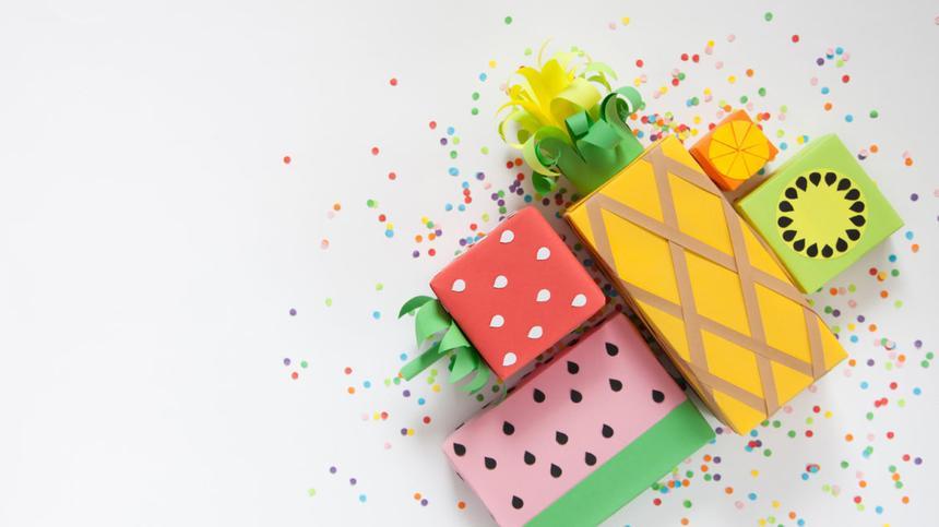 Mit deinem Einweihungsgeschenk kannst du vor allem dann punkten, wenn es selbstgemacht und ausgefallen ist - wie diese coole Ananas-Geschenkverpackung!