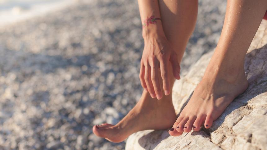 Trockene und rissige Füße im Sommer? Ein No-Go. Lies hier, wie du schnell seidenweiche Haut bekommst.