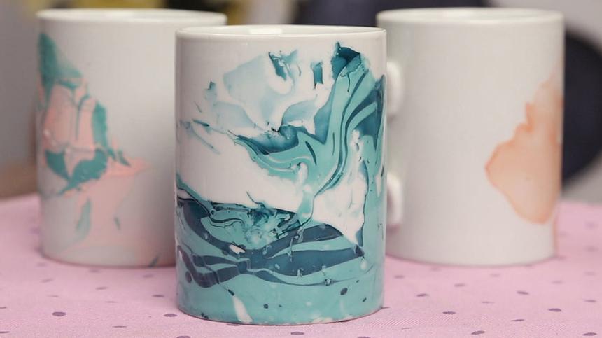 Tassen bemalen macht Spaß und die individuellen Kunstwerke sehen hinterher fantastisch aus. So geht's!