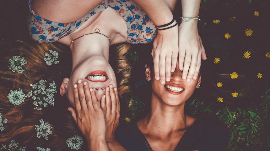 So inszenierst du dich und deine beste Freudin für die perfekten Freundinnen-Bilder.