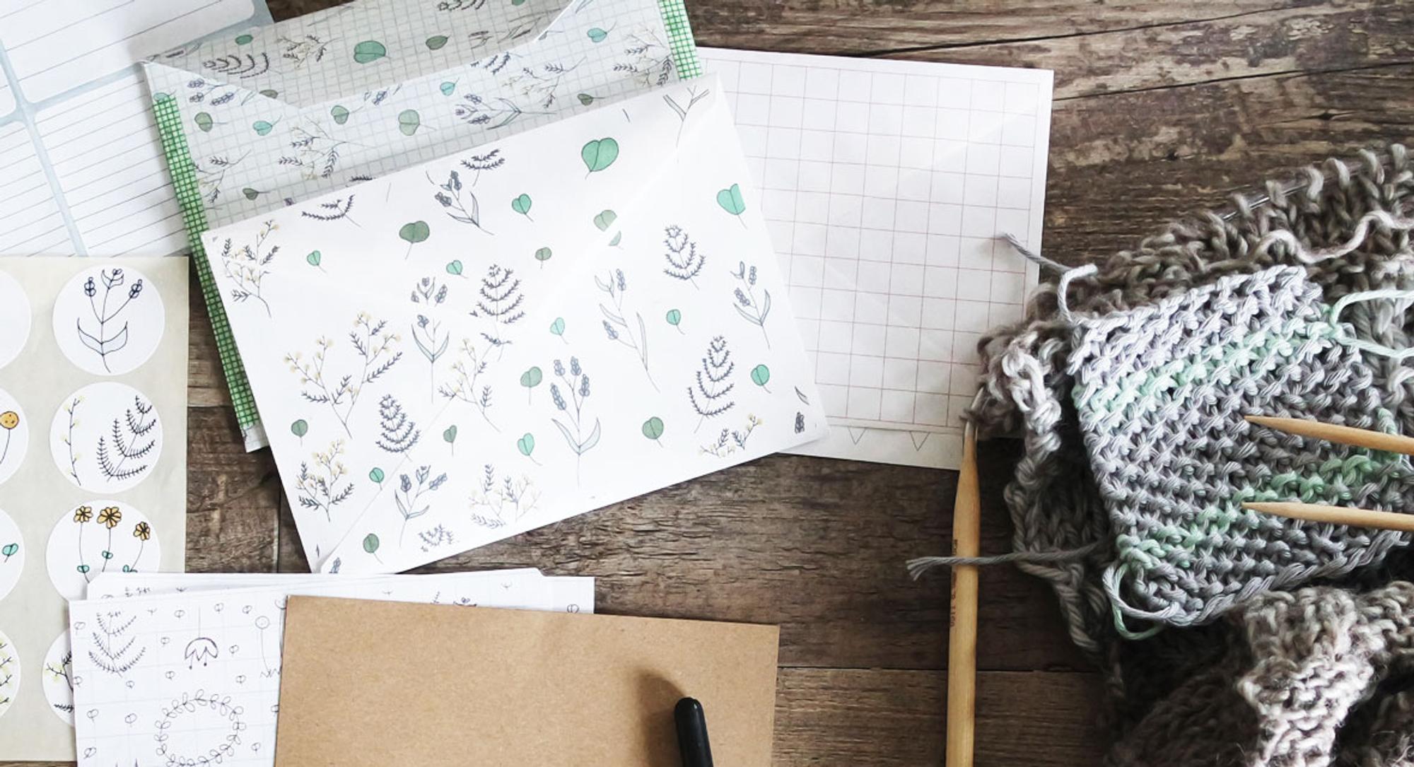 Soll es einfach und schnell gehen oder hast du Lust auf etwas Anspruchvolles? Gleich, welches Level dir vorschwebt, wir erklären dir, wie du einen tollen Briefumschlag falten kannst.