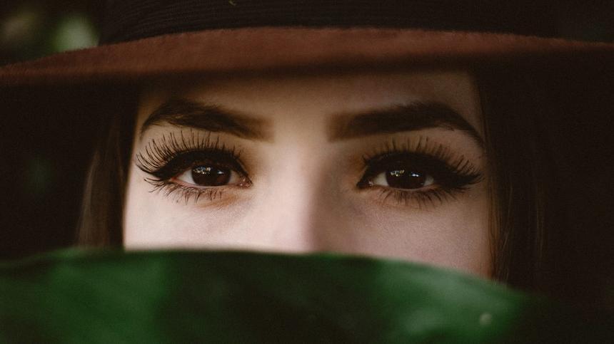 Einen perfekten Wimpernaufschlag bekommst du ganz leicht - mit diesen Tipps.