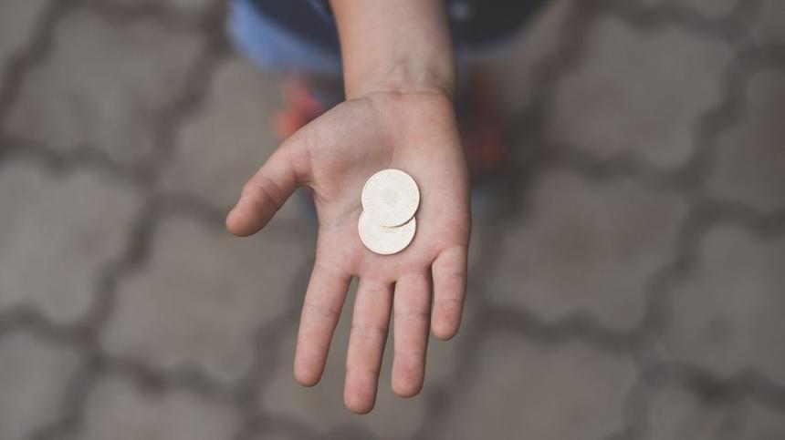 Kind hält Münzen in der aushand