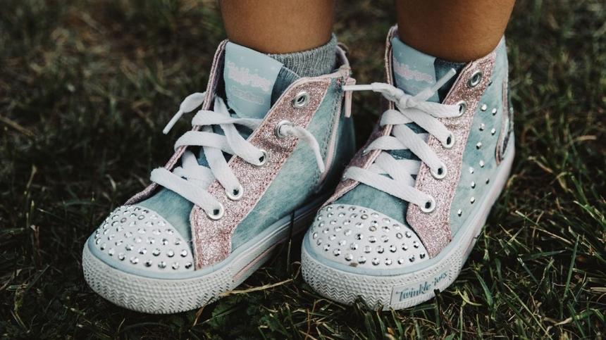 Kinderschuhe mit Nieten in hellblau/rosa