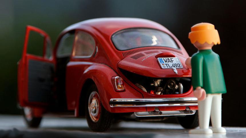 Playmobil Figur mit einem Spielzeug Auto