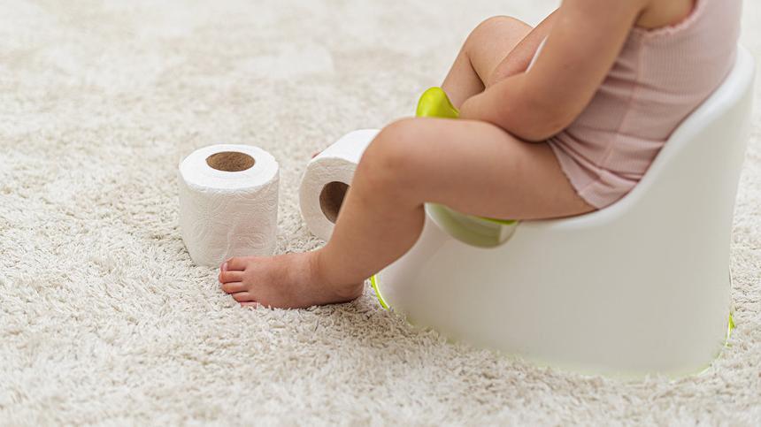 Kind bei der Sauberkeitserziehung