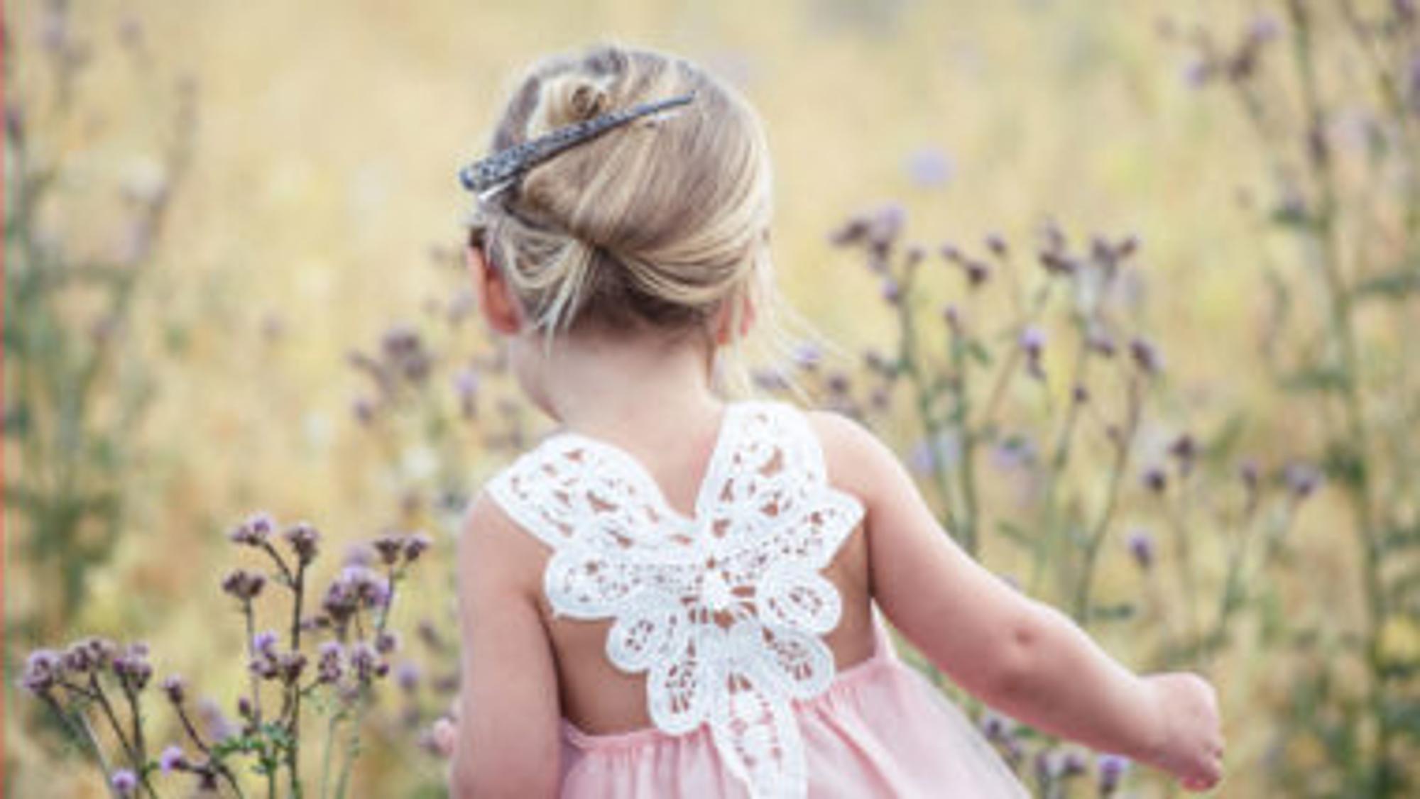 Blondes kind im rosa Kleid