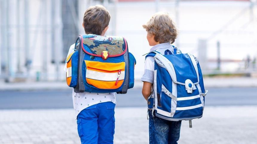 Zwei Jungen, die den Schulranzen richtig tragen