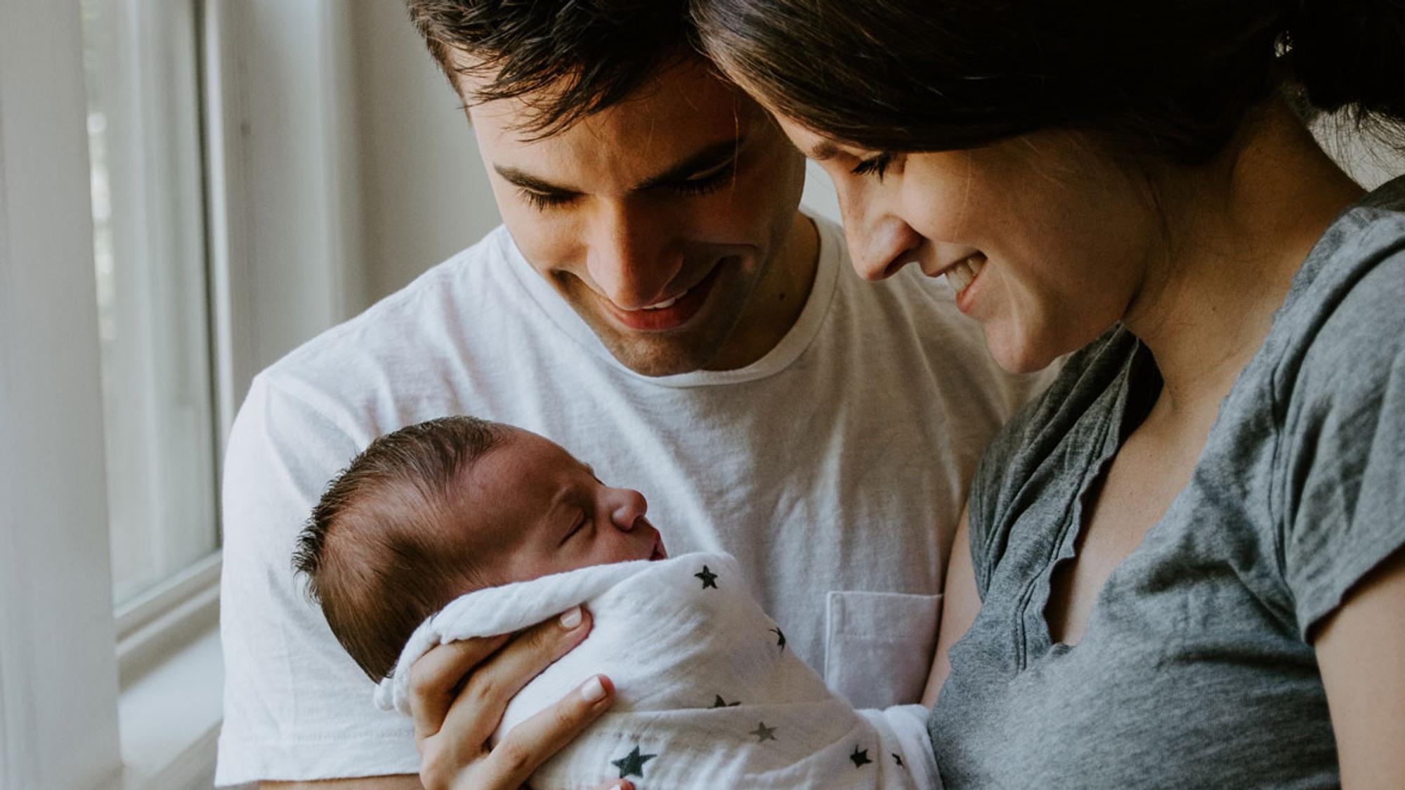 Eltern mit Baby 2 Wochen alt