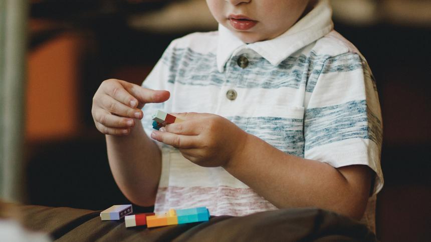 Wenn dein Kind 5 Jahre ist, bricht das letzte Jahr vor der Einschulung an. Zeit, es langsam und sanft darauf einzustellen.