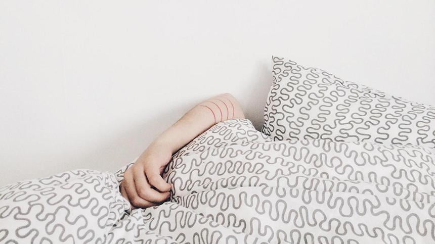 Frau mit Wochenbettdepression im Bett