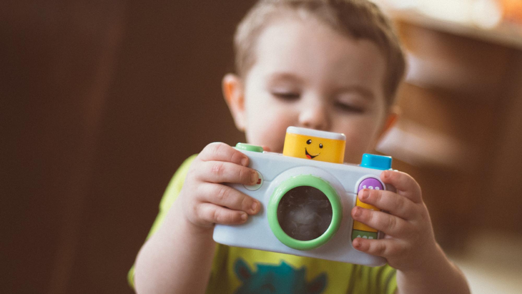 Kleinkind mit Spielzeugfoto
