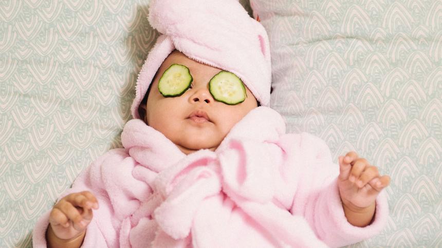 Baby im Bademantel und mit Gruken auf den Augen