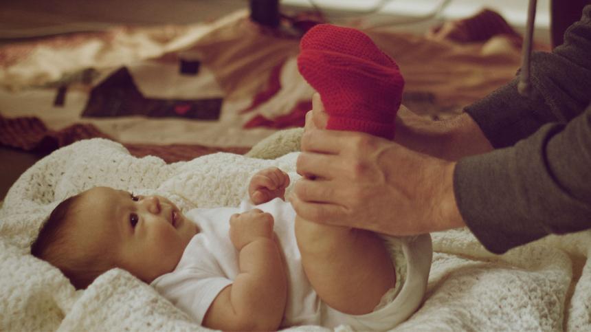 Ein Baby wird gewickelt