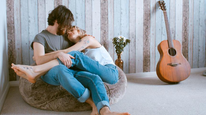 Ein Mann und eine Frau kuscheln gemeinsam auf einem Sitzsack