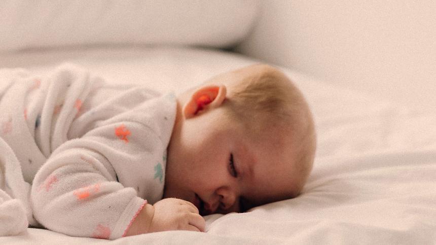 Baby schläft auf dem Bauch
