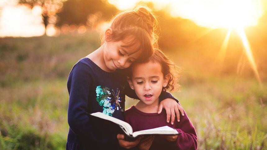 Zwei Mädchen lesen ein Buch