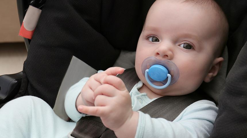 Kindersitze und Schalen können für Kinder gefährlich werden