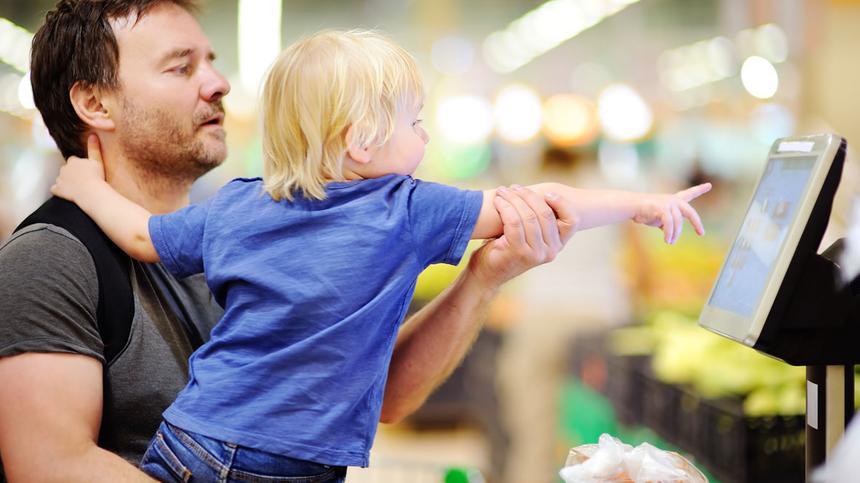 Kassenbons können für Kinder gefährlich werden - Eltern sollten beim einkaufen vorsichtig sein.