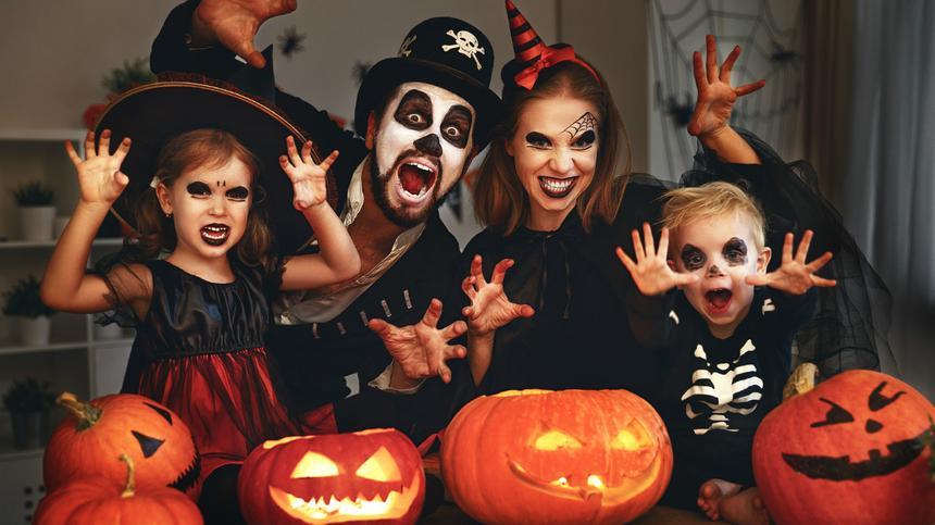 Eine schaurige Verkleidung ist ein Muss an Halloween.