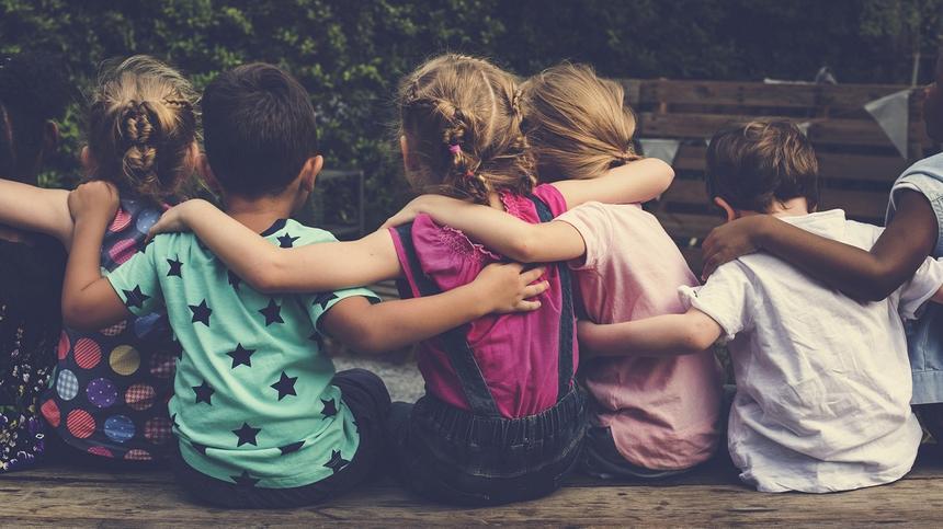 Kopfläuse verbreite sich dort, wo Kinderköpfe zusammenstecken