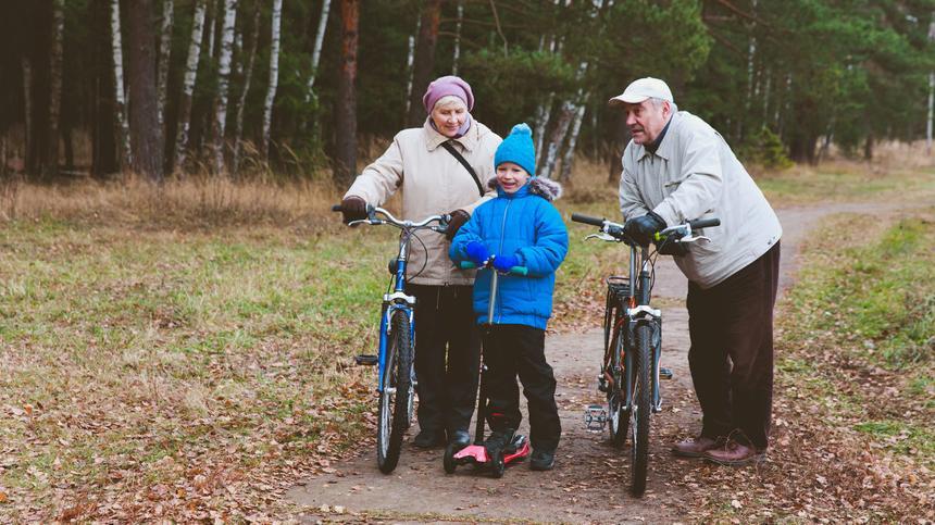 Gemeinsame Aktivitäten mit ihren Enkeln tun Großeltern gut.