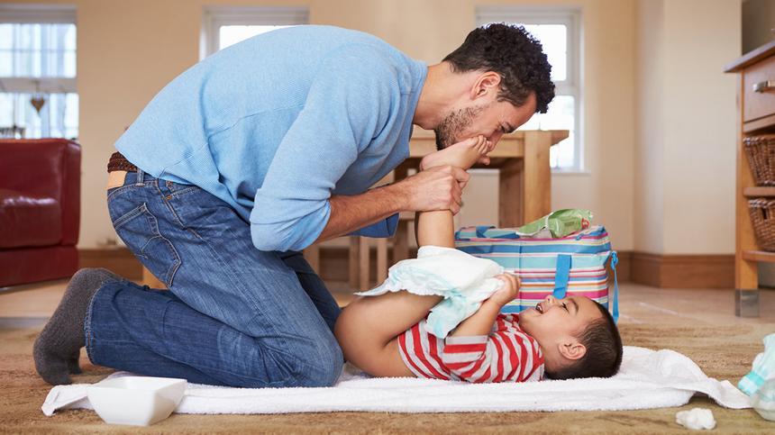 Wickeln ist Frauensache? Quatsch, es kann auch die Vater-Kind-Beziehung stärken.