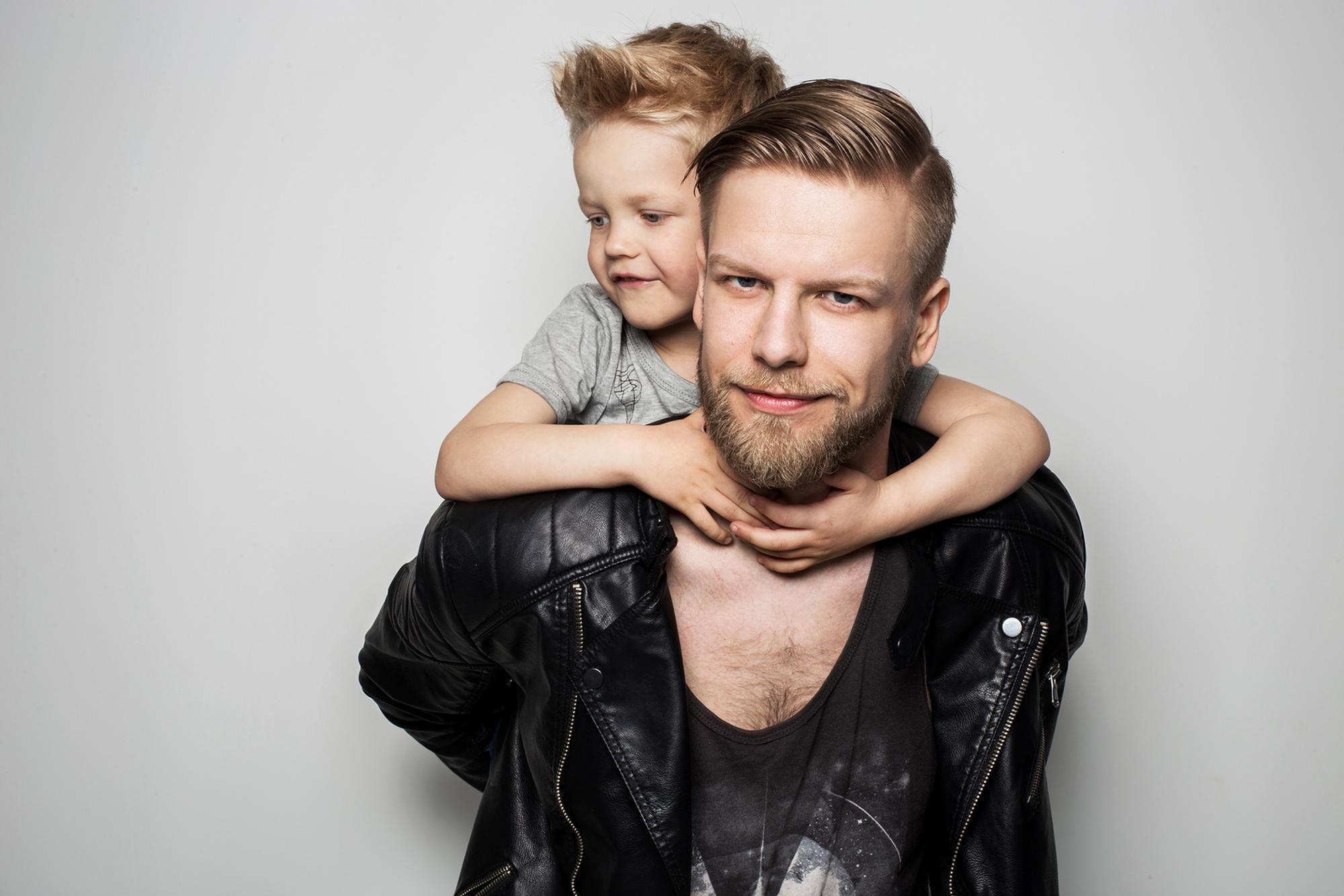 Vater trägt Sohn auf den Schultern