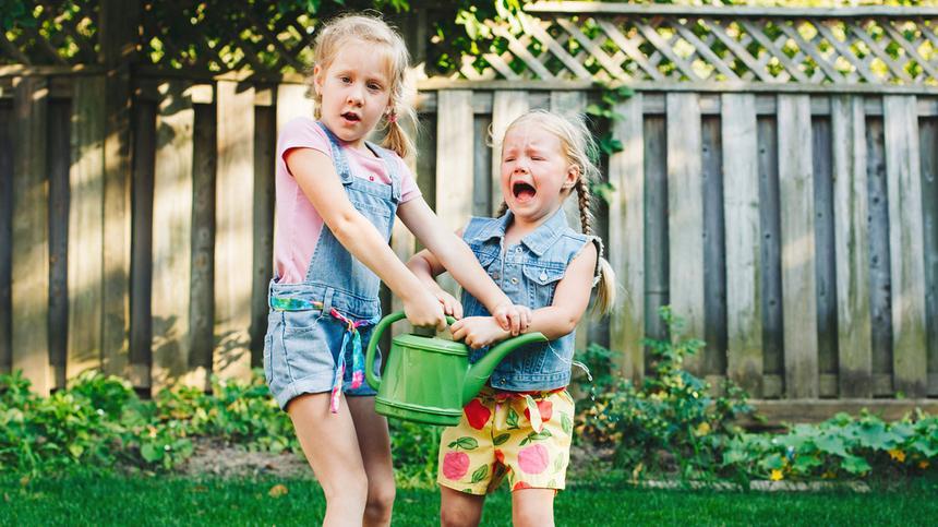 """""""Du bist blöd und ich spiel nicht mehr mit dir!!"""" Fiese Zicken gibt es schon im Kindergarten."""