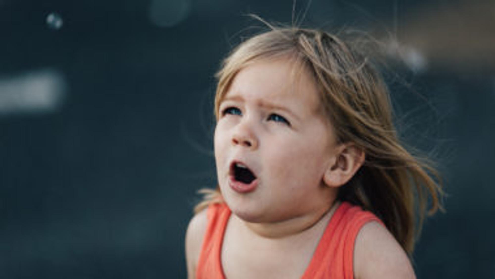 erschrockenes Mädchen mit offenem Mund