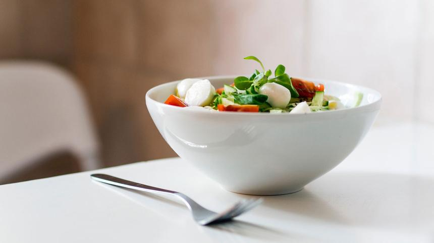 Salatschüssel mit Mozzarella