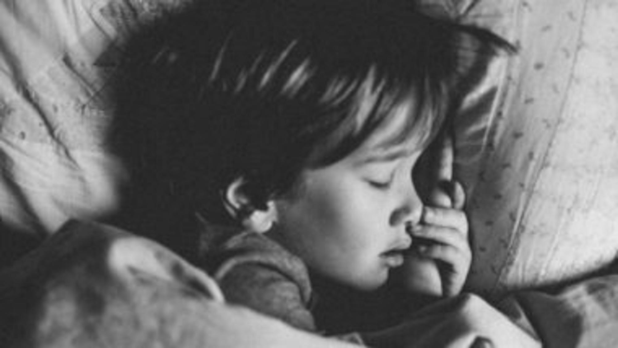 Kleinkind schläft kurz vor Nachtschreck