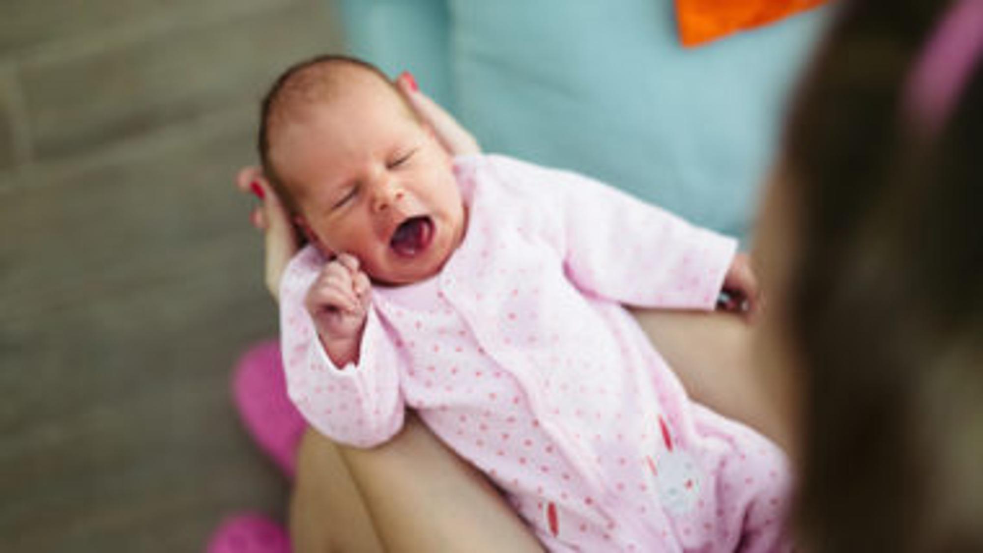 Baby Husten kann für das Husten-Baby sehr anstrengend sein.