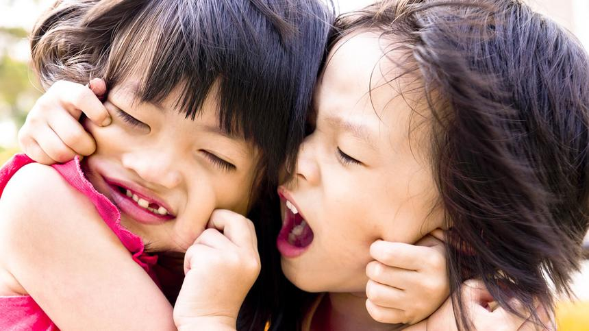 """""""Maaamaaa!!"""" Geschwisterstreitigkeiten können das elterliche Nervenkostüm ziemlich belasten."""