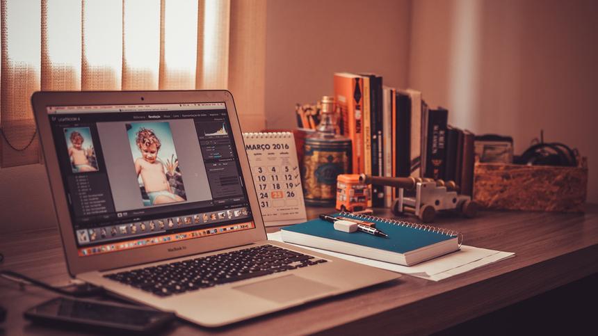 Ein Laptop steht auf einem Schreibtisch