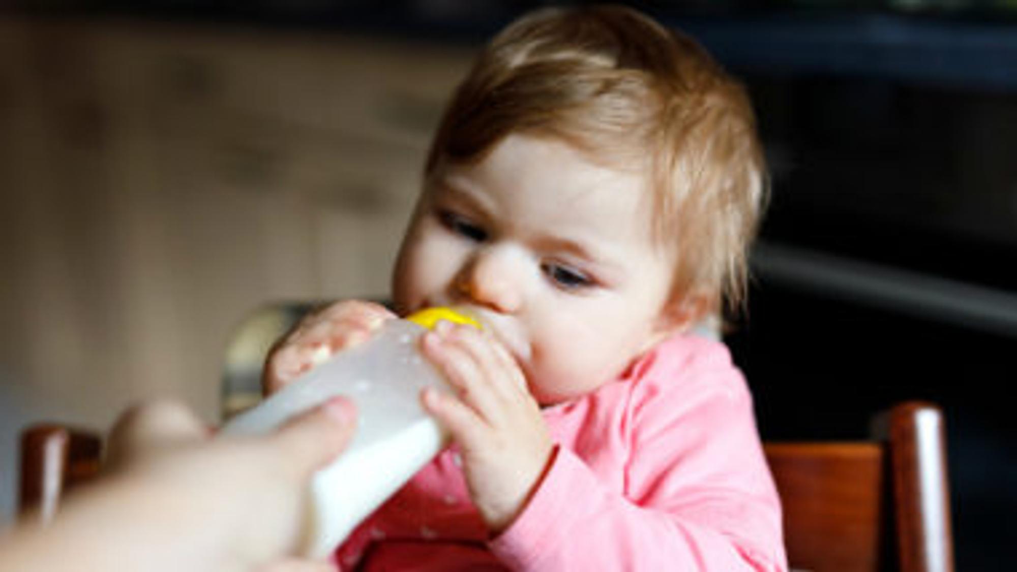 Ein Baby wird mit der Flasche gefüttert