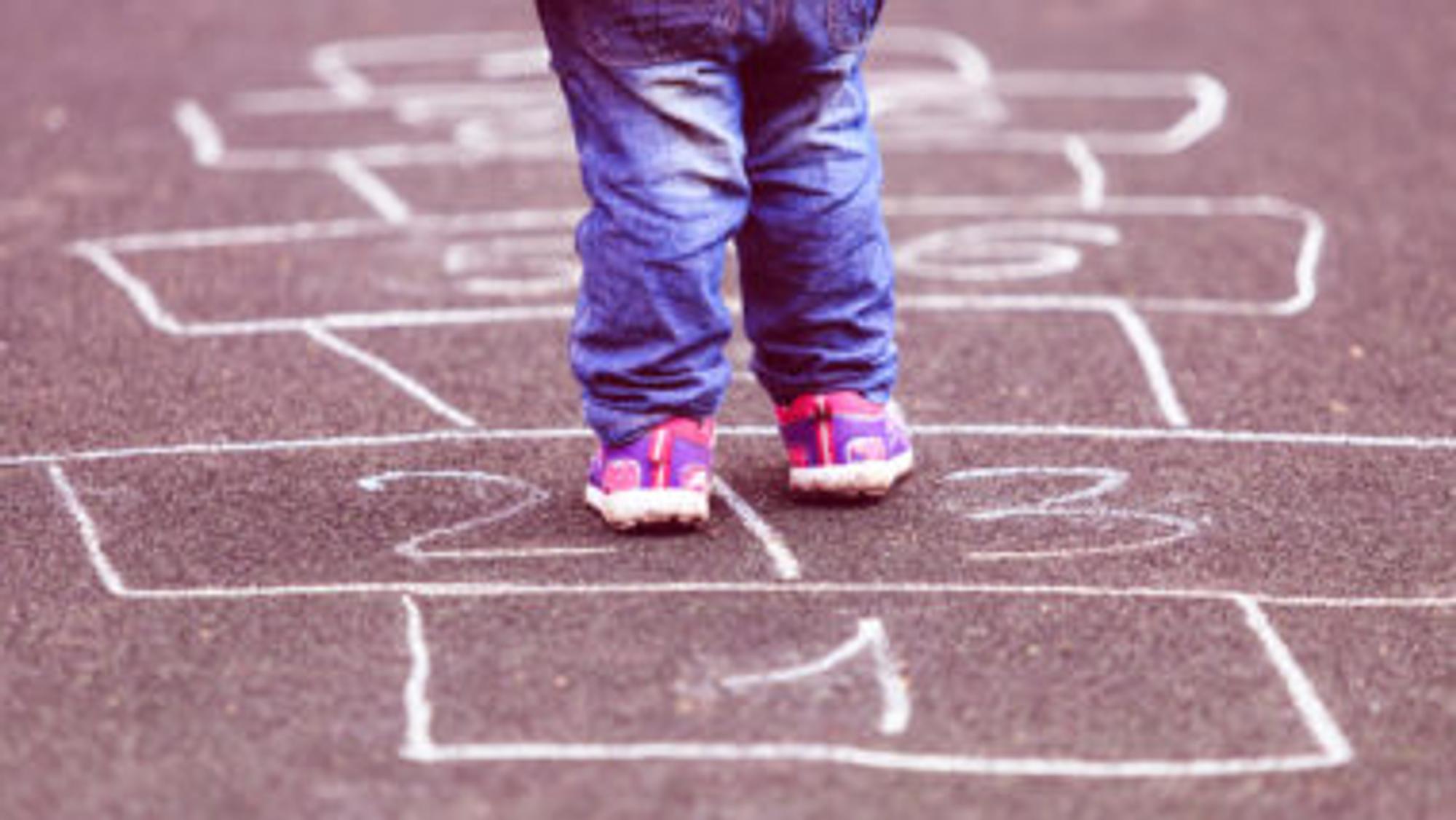 Kleinkind lernt zahlen mit Hüpfspiele