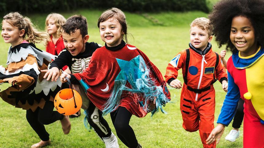 Lustige Halloween Spiele bringen Spaß auf jeder Halloween-Party.