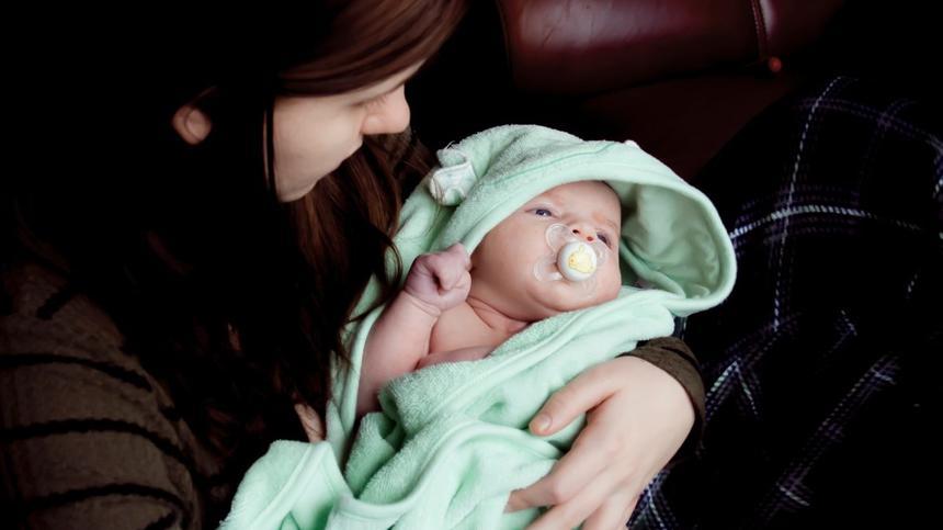 Für die richtige Babypflege braucht es nicht viel: In den meisten Fällen genügen Wasser, ein weicher Lappen und ein paar Streicheleinheiten von Mama.